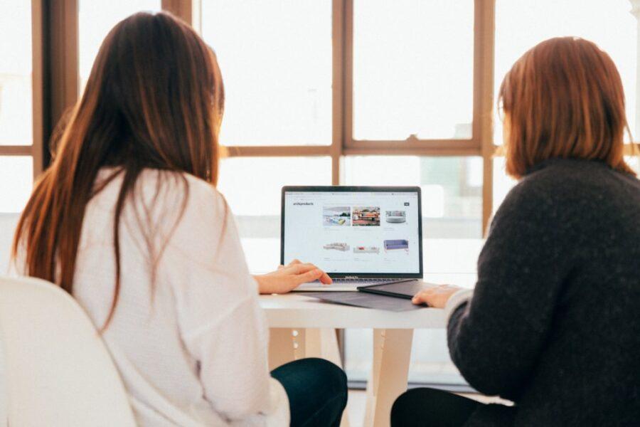 due ragazze al computer selezionano nuove proposte e offerte di lavoro